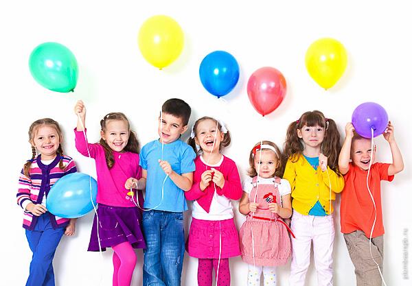 дети с шариками на празднике