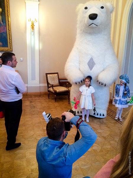 Гигантский белый медведь в Спб
