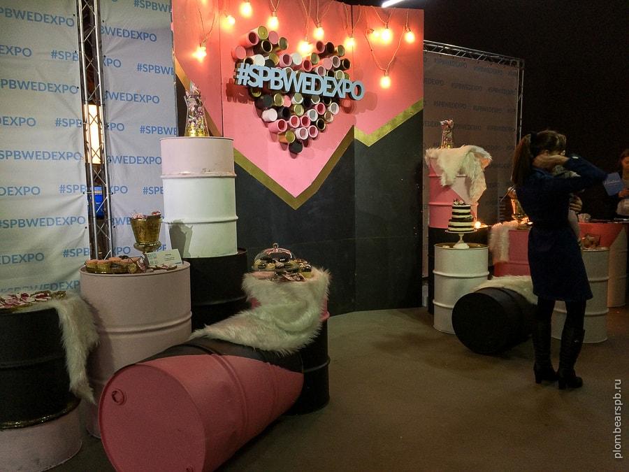 зона для фотосессии на свадебной выставке в Спб