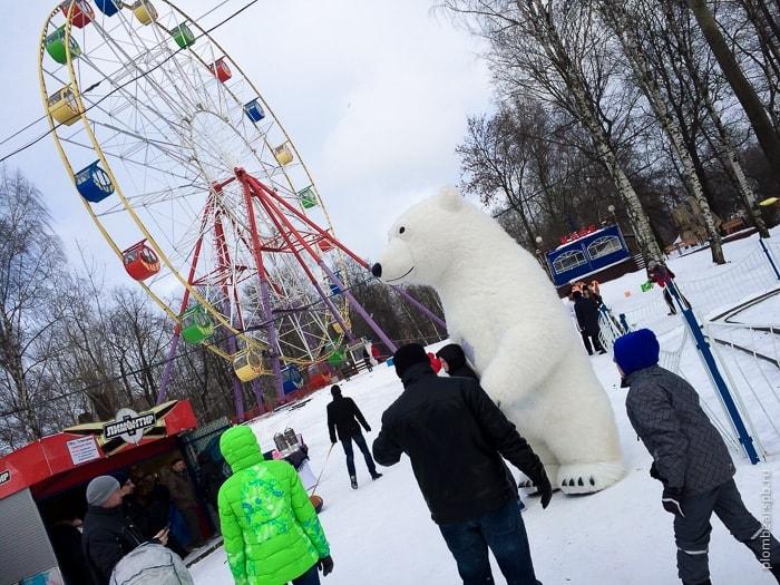 Белый медведь на масленице в парке имени Бабушкина Питер