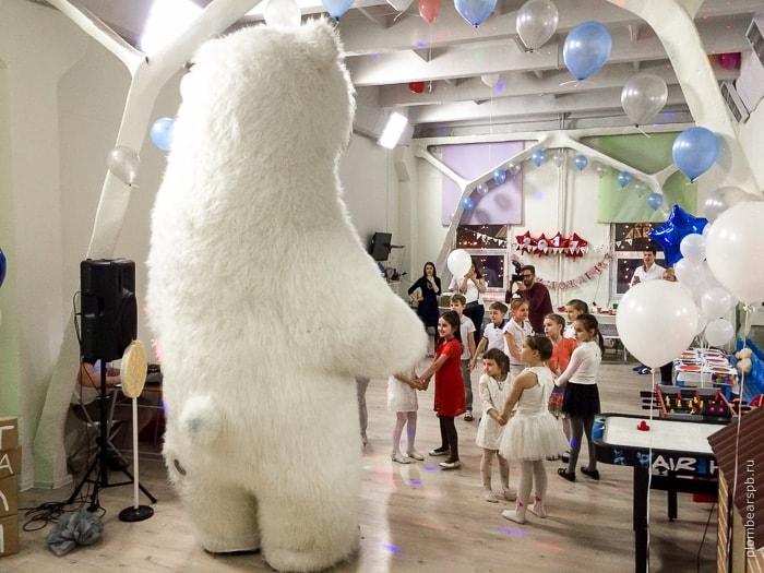 Белый мишка в игротеке Маленькая страна в Питере
