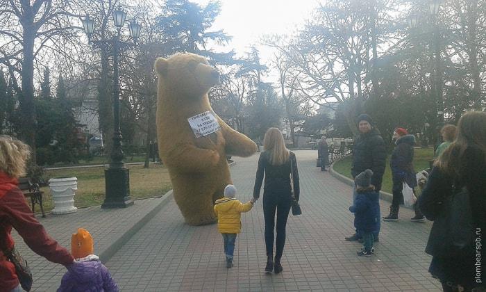 Компания Plombear в Крыму - огромный бурый медведь
