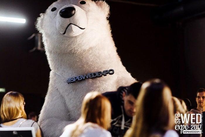 огромный белый медведь на свадебной выставке на любой праздник