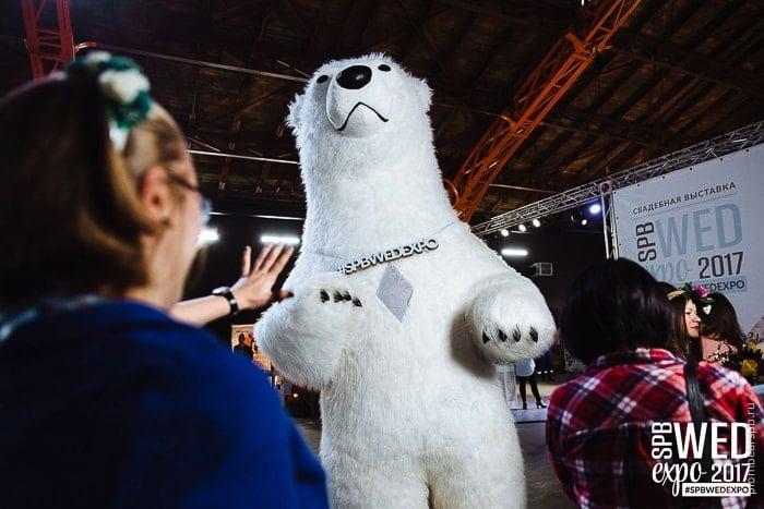 гигантский огромный белый медведь ворвался на выставку свадебную spbwedexpo
