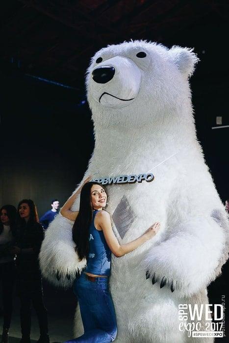 белый медведь на свадебной выставке spbwedexpo с девушкой фотография