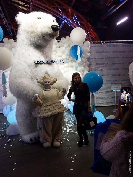 белый медведь и мимы на выставке spbwedexpo