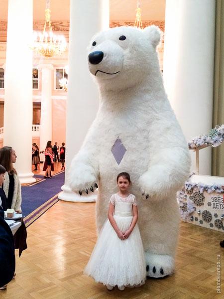 гигантский белый медведь в таврическом дворце