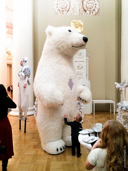 белый медведь на детском празднике
