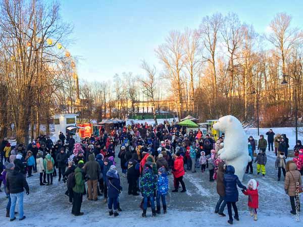 белый медведь на фестивале цветного дыма в Спб