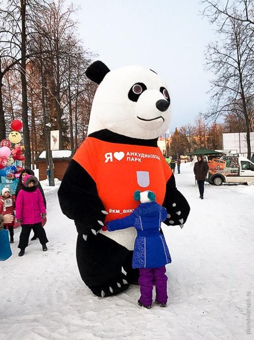 гигантская черно белая панда в Нижнем Новгороде на праздник Масленицы