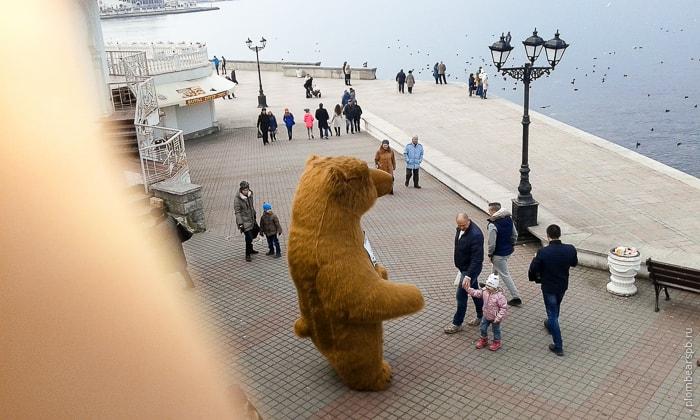 Коричневый огромный медведь на набережной в Севастополе