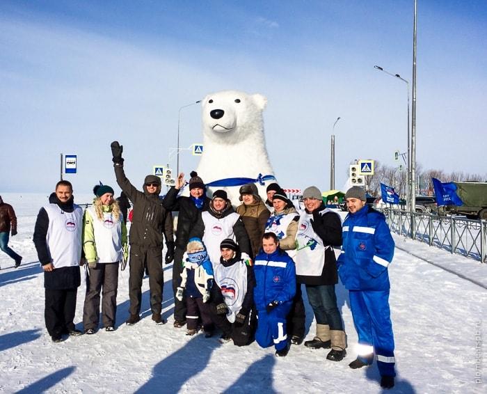 гигантская ростовая кукла белого медведя на соревнованиях по рыбалке в Спб