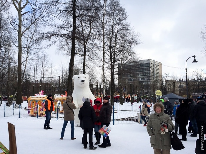 Белый мишка медведь в парке имени Бабушкина на масленицу в Спб