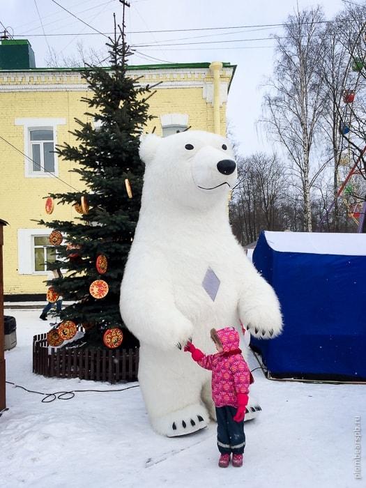 Огромный белый медведь в парке Бабушкина на масленицу