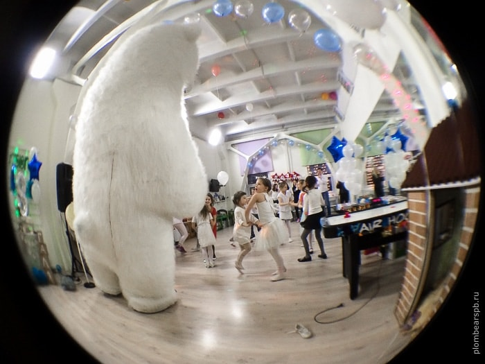 Белый медведь на день рождении в игротеке Маленькая страна