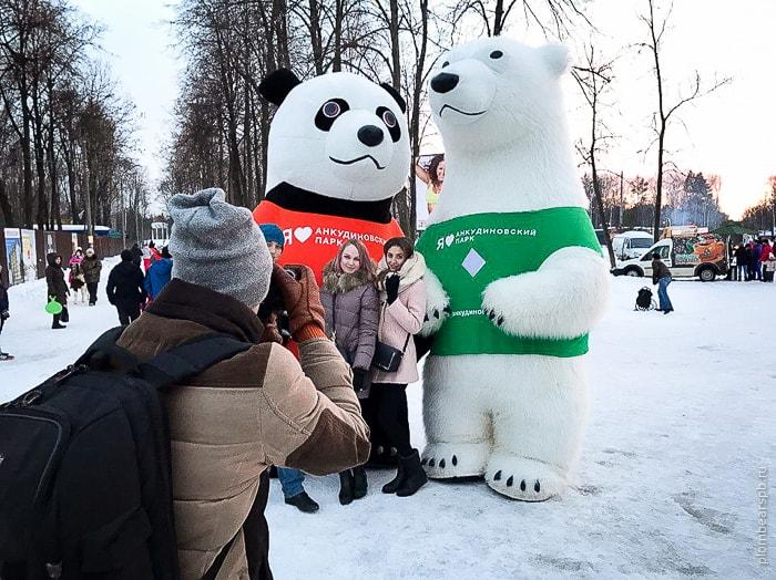 панда и медведь гиганты в Нижнем Новгороде на празднике масленицы в сормовском парке