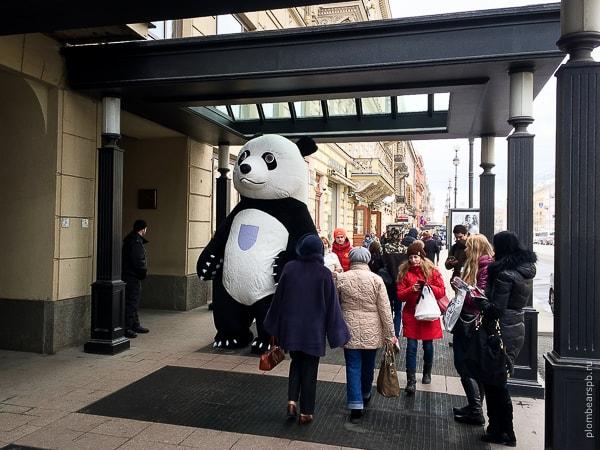 гигантская черно белая панда на невском около коринтия отель