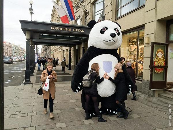 Черно белая огромная панда около отеля Коринтия